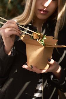 Tekturowe pojemniki na żywność, makaron ryżowy z kiełkami, warzywami i delikatnym tofu