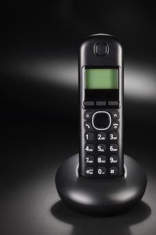 Telefon bezprzewodowy na czarnym tle