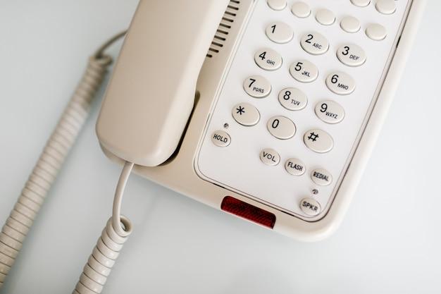 Telefon biurowy na stole, telefon na stole.