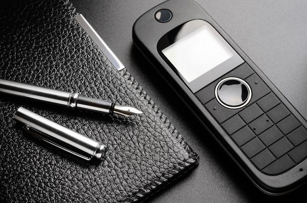 Telefon, długopis, organizer. skontaktuj się z nami koncepcja