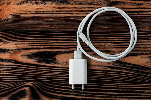 Telefon kablowy ładowarki na drewnianym tle