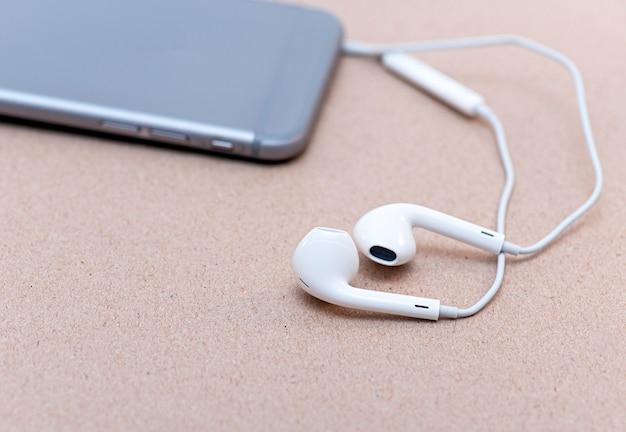 Telefon komórkowy i biali hełmofony na biurku w biurze, biznesowy pojęcie obrazek