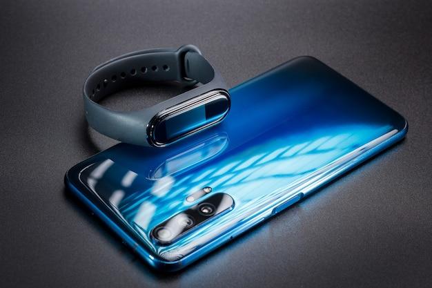 Telefon komórkowy i bransoletka fitness