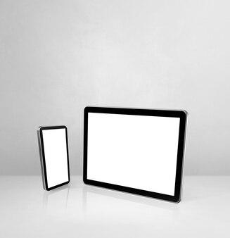 Telefon komórkowy i cyfrowy tablet pc na białym biurku betonowym
