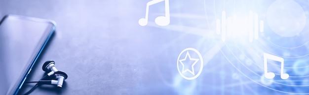 Telefon komórkowy i słuchawki na stole. słuchaj muzyki w podróży. gracz online. aplikacje audio na smartfony.