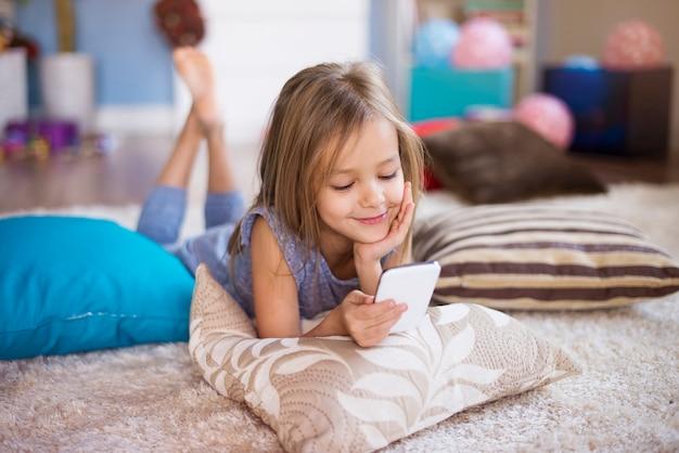 Telefon komórkowy jako gadżet każdego dziecka