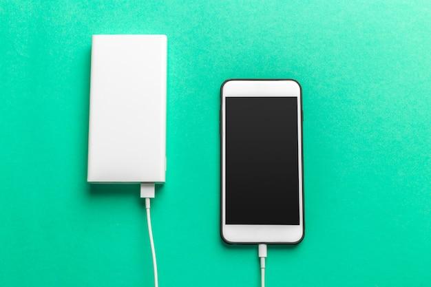 Telefon komórkowy łączy się z power bankiem