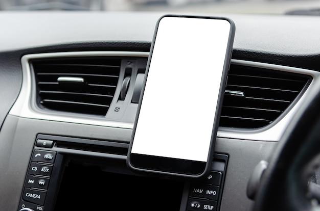 Telefon komórkowy na kratce wentylacyjnej samochodu