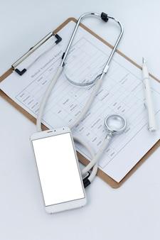 Telefon komórkowy, stetoskop i plik wykresu na pulpicie (mobilnych medycznych, koncepcje dla lekarzy ręcznych)