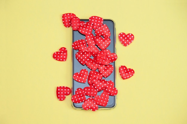 Telefon komórkowy z serca, miłość, koncepcja walentynki.