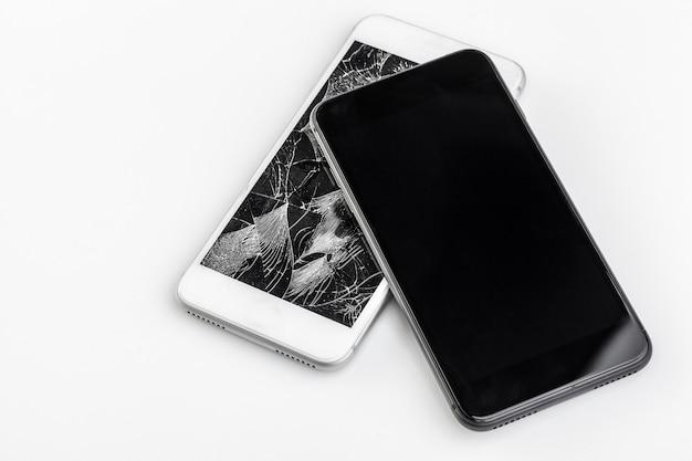Telefon komórkowy z uszkodzonym ekranem
