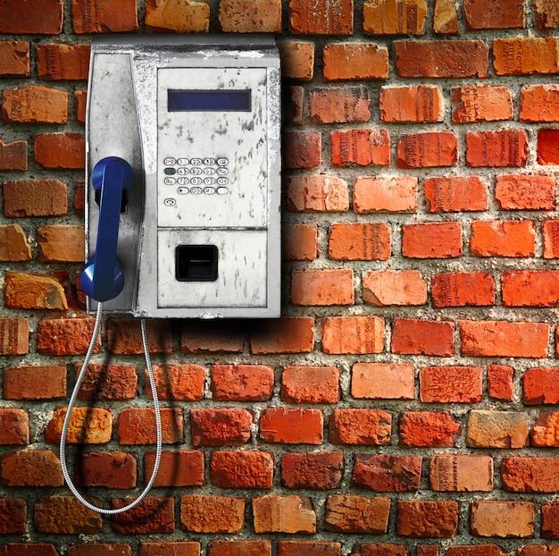Telefon publiczny na ścianie