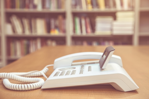 Telefon w biurze.