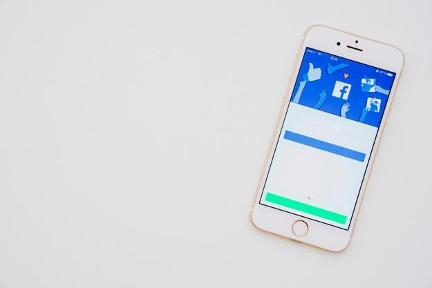 Telefon z aplikacją facebook