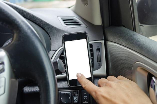 Telefon z ekranem dotykowym dłoni człowieka w samochodzie