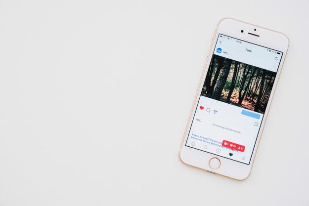 Telefon z obrazem instagram