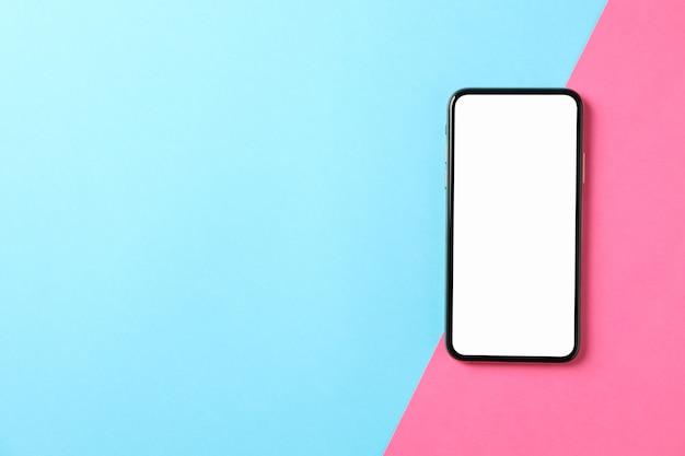 Telefon z pustym ekranem na powierzchni dwukolorowej