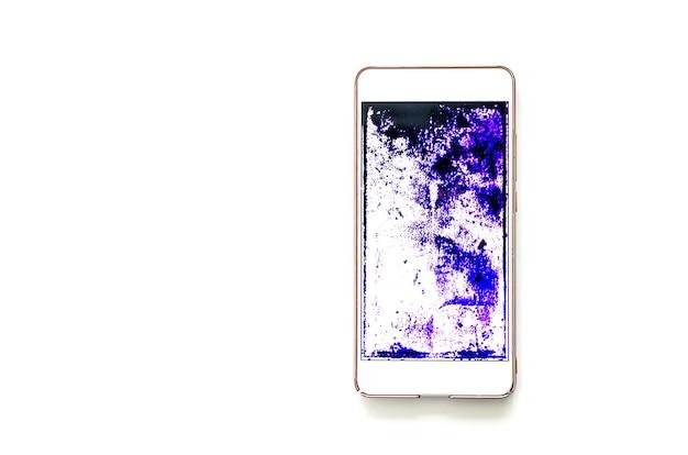 Telefon z zepsutym ekranem na białym stole. ciemne fioletowe plamy