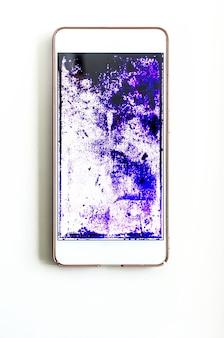 Telefon z zepsutym ekranem na białym stole
