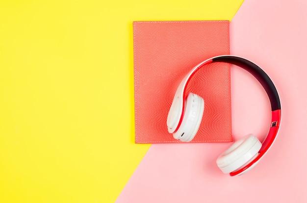 Telefon ze słuchawkami i książki jako koncepcja audiobooka
