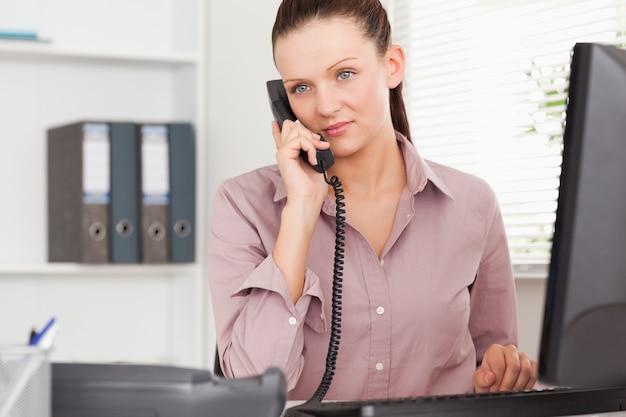 Telefonowanie bizneswoman w jej biurze