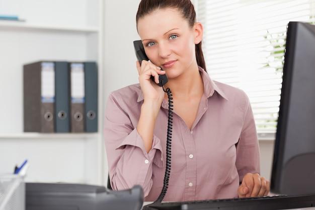 Telefonowanie businesswoman w biurze