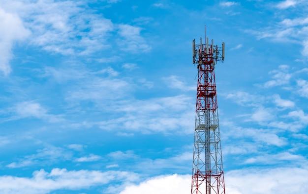 Telekomunikaci wierza z niebieskiego nieba i bielu chmur tłem