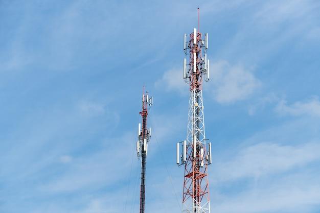Telekomunikaci wierza z niebieskim niebem.