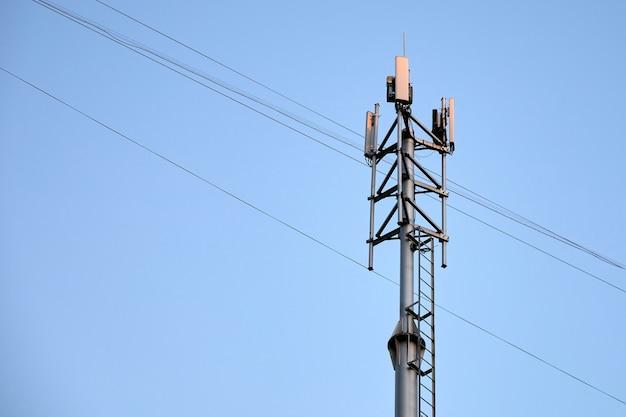 Telekomunikacja wieża telefonów komórkowych z antenami komórkowymi na niebie