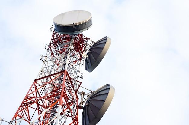 Telekomunikacyjny anteny wierza na białym niebie