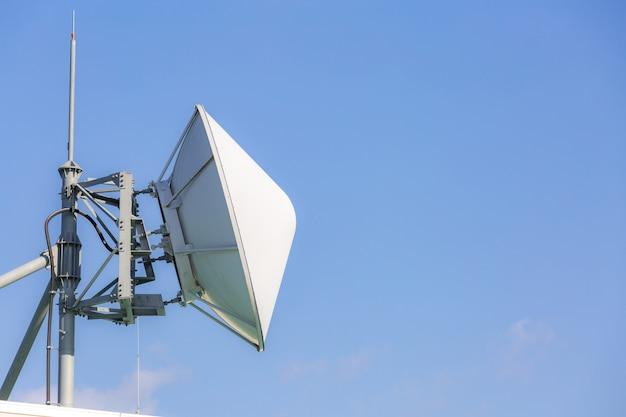 Telekomunikacyjny nadajnik satelitarny i radiowy