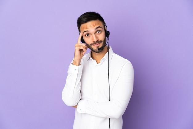 Telemarketer człowiek pracujący z zestawem słuchawkowym na białym tle na fioletowym tle myśli pomysł
