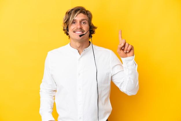 Telemarketer człowiek pracujący z zestawem słuchawkowym na białym tle
