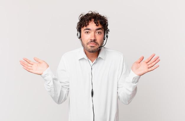 Telemarketer czuje się zakłopotany i zdezorientowany, wątpi, waży lub wybiera różne opcje ze śmiesznym wyrazem twarzy