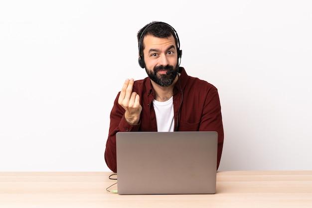 Telemarketer kaukaski mężczyzna pracujący z zestawu słuchawkowego i laptopa zarabiania pieniędzy gest