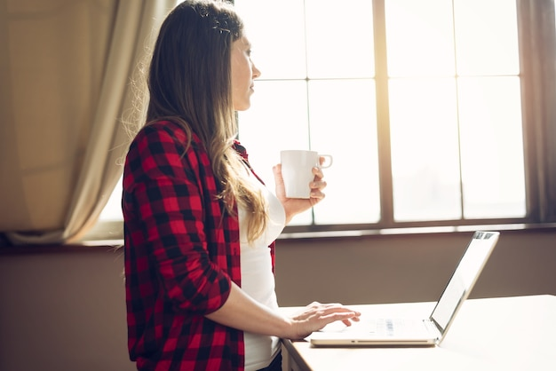 Telepracownik pracuje w domu z laptopem. inteligentna koncepcja pracy