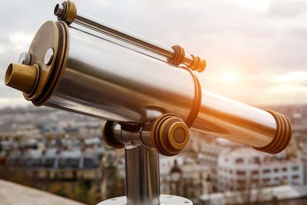 Teleskop nad słynnym miastem w cudownym miejscu.