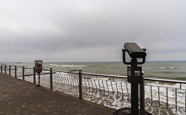 Teleskop turystyczny z widokiem na morze bałtyckie w zelenogradsku.