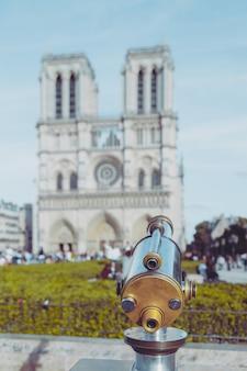 Teleskop z widokiem na notre dame w paryżu