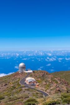 Teleskopy parku narodowego roque de los muchachos na szczycie caldera de taburiente, la palma, wyspy kanaryjskie. hiszpania