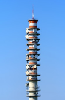 Teletransmisyjna wieża z antenami