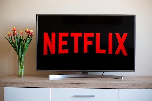 Telewizja, telewizja z logo netflix, światowy dostawca strumieniowych filmów i seriali telewizyjnych, koncepcja filmowa