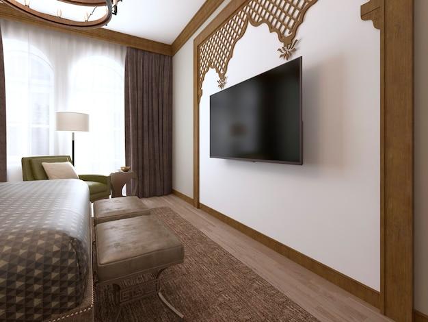 Telewizor na ścianie i szafka pod telewizor, drewniane rzeźby oprawione w bliskowschodni arabski styl. renderowanie 3d.