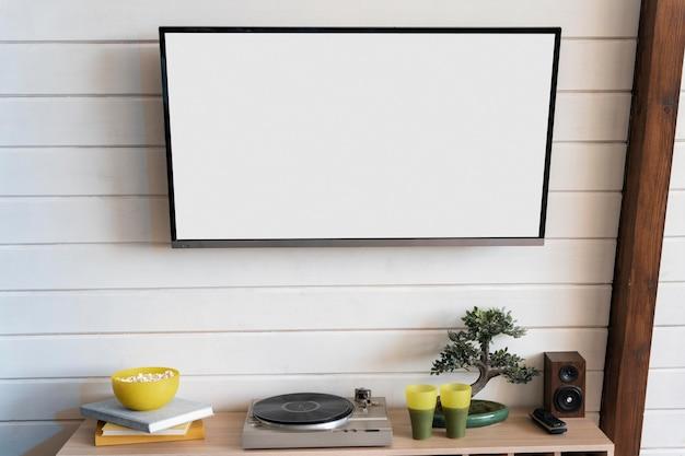 Telewizor powieszony na ścianie w pomieszczeniu