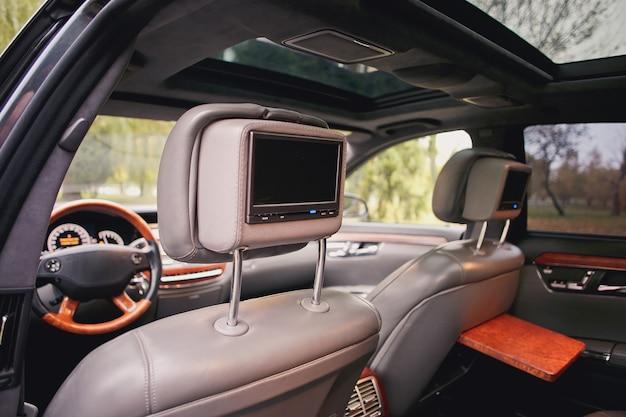 Telewizor w samochodzie. luksusowe wnętrza