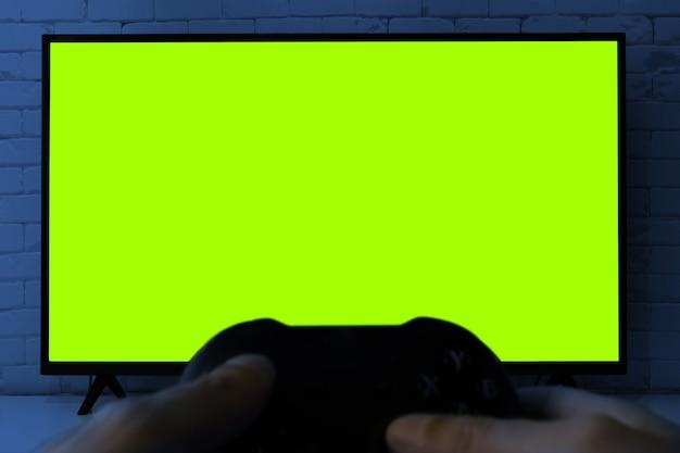 Telewizor z zielonym ekranem do przycinania za pomocą kontrolera do gier