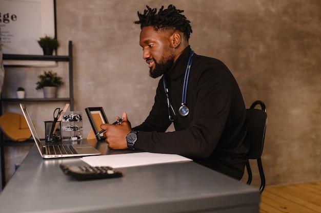 Telezdrowie z wirtualnym lekarzem i sesją terapeutyczną online. konferencja internetowa czarnego lekarza.