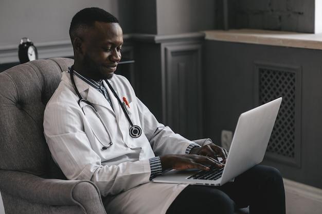 Telezdrowie z wirtualnym lekarzem i sesją terapeutyczną online