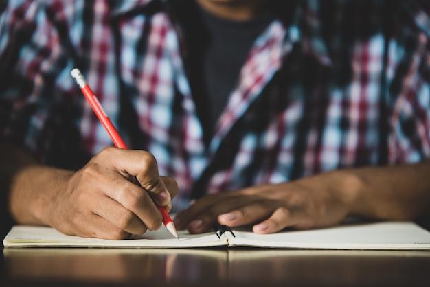 Temat edukacyjny: zbliżenie pisanie przez uczniów w klasie.