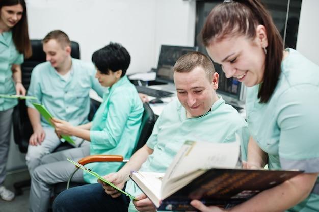Temat medyczny.sala obserwacyjna z tomografem komputerowym. grupa lekarzy spotykająca się w gabinecie rezonansu magnetycznego w centrum diagnostycznym w szpitalu.